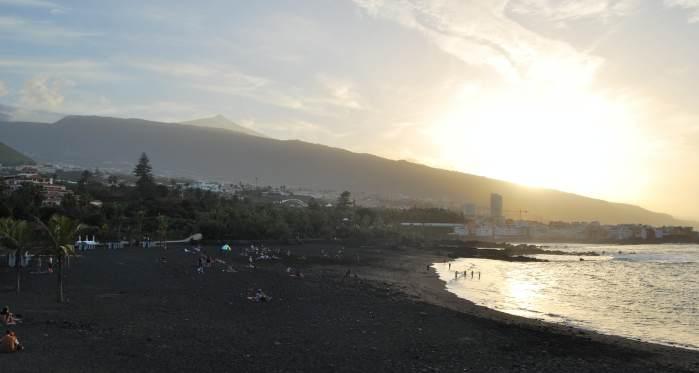 Puerto de La Cruz con Teide al fondo